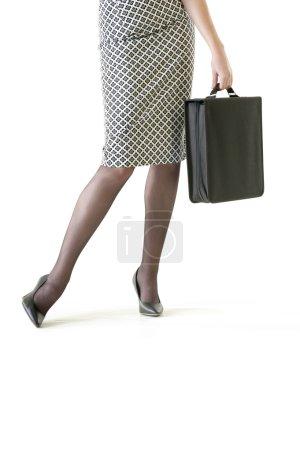 Geschäftsfrau trägt Aktentasche