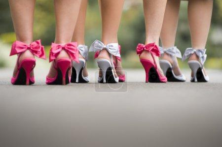 Photo pour Gros plan du groupe de dames portant des chaussures à talons arc coloré sur le tarmac - image libre de droit