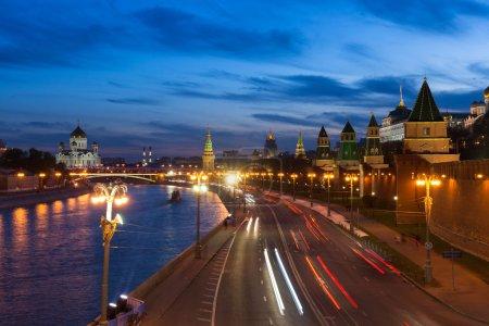moskauer kreml in der abenddaemmerung russland