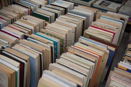 Foto de Filas de libros usados muy antiguos en una librería - Imagen libre de derechos