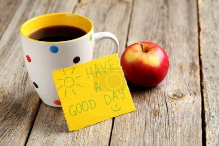 Photo pour Bonne journée avec café et pomme sur fond bois gris - image libre de droit