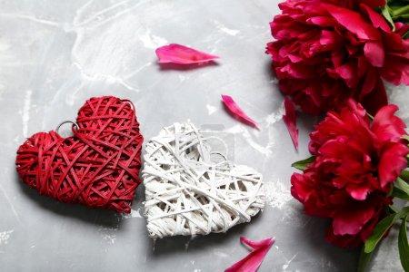 Photo pour Bouquet de fleurs de pivoine rouge sur fond gris - image libre de droit