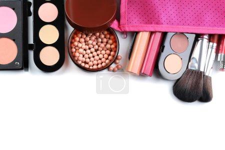 Photo pour Pinceaux de maquillage et cosmétiques sur fond blanc - image libre de droit