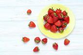 čerstvé a chutné jahody v desce