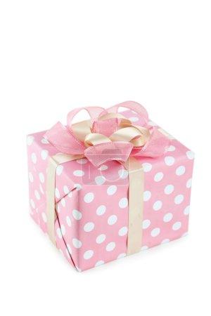 Photo pour Coffret cadeau rose avec arc rose isolé sur blanc - image libre de droit