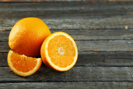 Photo pour Fresh fruits orange sur fond en bois - image libre de droit