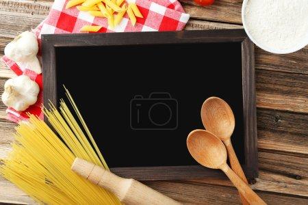 Photo pour Noir ardoise pour menu sur fond en bois marron - image libre de droit