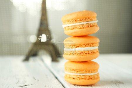 Photo pour Macarons orange Français sur le fond en bois blanc - image libre de droit