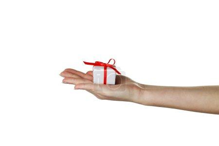 femelle main tenant la boîte de cadeau