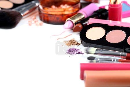 Photo pour Brosse de maquillage et cosmétiques sur fond blanc - image libre de droit