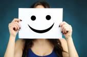 žena ukazující šťastný emotikonu