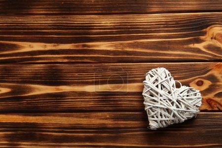 Photo pour Coeur d'amour sur un fond en bois brun - image libre de droit