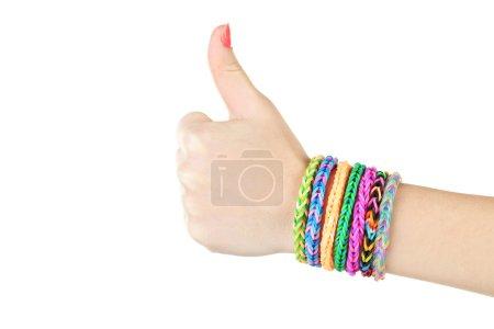 Foto de Pulseras de telar en la mano de la niña, mostrando los pulgares para arriba - Imagen libre de derechos