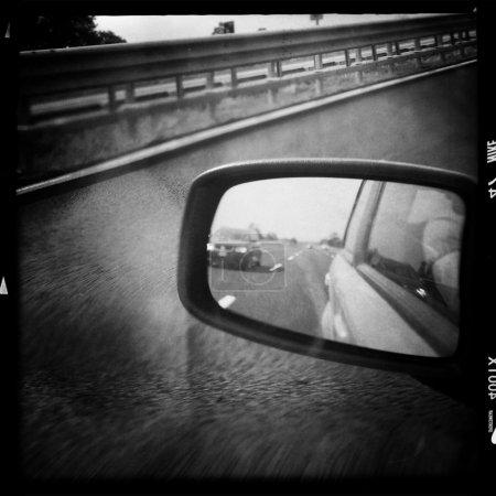 Photo pour Regardant à travers le rétroviseur. Photo réalisée en noir et blanc - image libre de droit