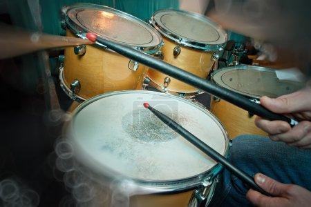 Photo pour Le tambour en action. Une pièce de théâtre photographique de gros plan sur un instrument de musique - image libre de droit