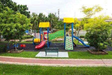 Photo pour Aire de jeux colorée sur la cour dans le parc. Un endroit où les enfants sont heureux . - image libre de droit