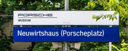 Stuttgart, Alemania - 11 de junio de 2020 - primer plano de Neuwirtshaus (Porscheplatz) Señal de la estación de tren S-Bahn