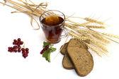 Sklenici čaje, pšeničná pole a chléb