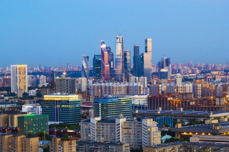 Photo pour Centre-ville, belle vue depuis le toit, soir et nuit - image libre de droit