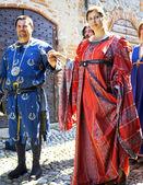 Průvod ve středověkých kostýmech. Barevný obrázek