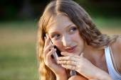 Krásný ženský Teenager užívání telefonu venku