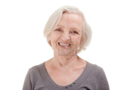 Photo pour Portrait de heureuse femme âgée à l'arrière-plan blanc - image libre de droit
