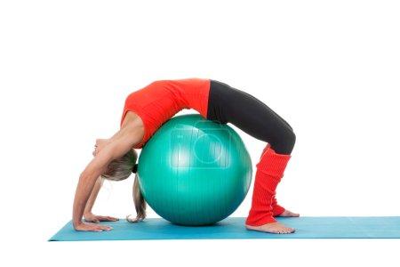 Photo pour Tir plein de corps d'une femme faisant des exercices avec la bille de pilates sur le tapis. Couleurs orange, verte et noire - image libre de droit