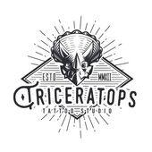 A Triceratops logó sablon. Dinoszaurusz emblémát. Dino tattoo stúdió tervező. Vektorgrafikus-sunburst címke. Jura időszak retro illusztráció. Fury Dino insignia koncepció. Ókori világ jelvény