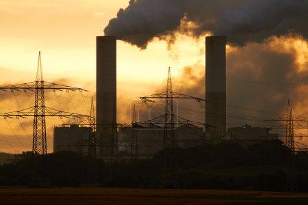 Photo pour Centrale électrique charbon au coucher du soleil, Allemagne. - image libre de droit