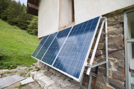 Foto de Cabaña alta en las montañas con paneles solares eléctricos - Imagen libre de derechos