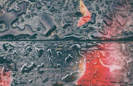 Photo pour Des gouttes d'eau perchées sur un plancher de bois sont peintes. La belle artApportez à l'arrière-plan ou le cadre pour la présentation . - image libre de droit