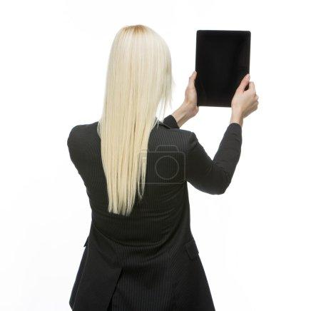 Photo pour Retourné femme d'affaires blonde tenant tablette avec écran noir - image libre de droit