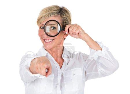 Photo pour Gestionnaire de femme regardant à travers la loupe - image libre de droit