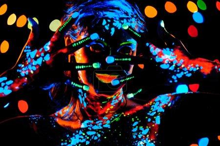 Fille avec peinture au néon portrait bodyart
