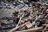Ein Closeup Image von einer Müllkippe mit zerstörten Ziegel und Holz p