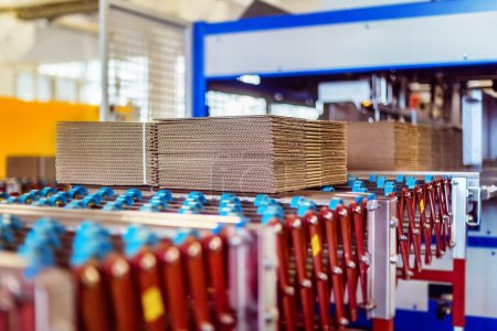 Photo pour Image rapprochée de boîtes en carton sur bande transporteuse dans un entrepôt de distribution - image libre de droit