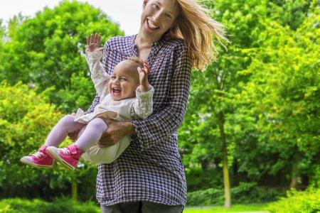 Photo pour Joyeuse mère et fille sur une journée ensoleillée - image libre de droit