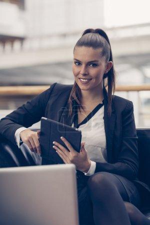 Photo pour Portrait d'une femme d'affaires relaxante - image libre de droit