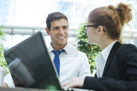 Photo pour Portrait de gens d'affaires rencontrant et partageant des idées au bureau - image libre de droit