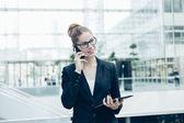 Podnikatelka pomocí mobilního telefonu