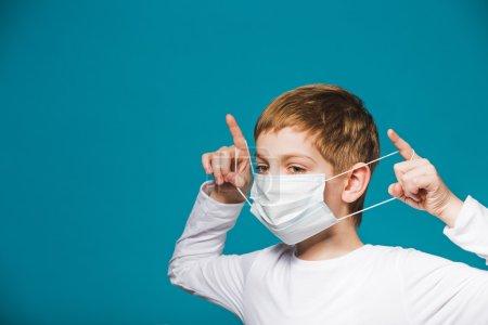 Photo pour Garçon portant un masque de protection - image libre de droit