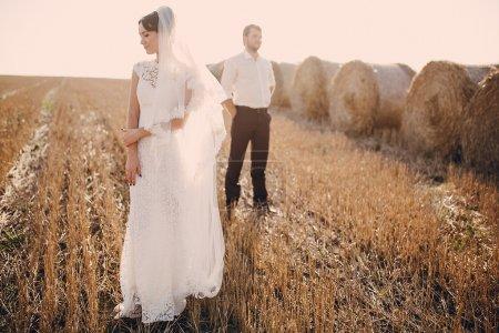 Photo pour Heureux couple de mariage dans un champ - image libre de droit