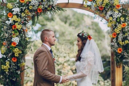 Photo pour Mariage authentique merveilleux jeune couple avec des paysages incroyables - image libre de droit