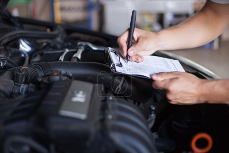 Kfz-Mechaniker inspiziert Auto