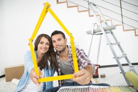 Photo pour Couple dans la nouvelle maison, choix des couleurs de peinture murale - image libre de droit