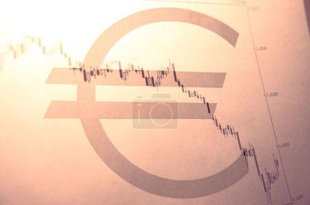 Photo pour Euro signe et baisse eurusd graphique sur fond . - image libre de droit