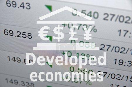 Photo pour Icône de construction avec les principaux symboles de devises mondiales. Inscription Économies développées - image libre de droit
