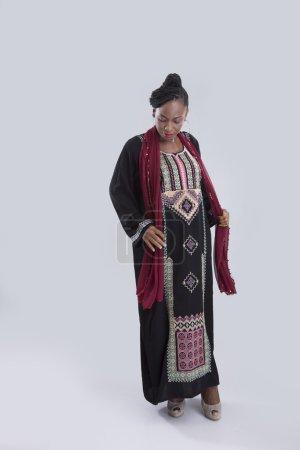 Arabian femme portant foulard sur gris