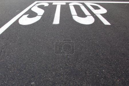 Photo pour Stop panneau peint sur la rue avec de la place pour la copie - image libre de droit