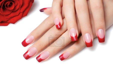 Photo pour Main féminine et manucure français sur ongles rouge - image libre de droit